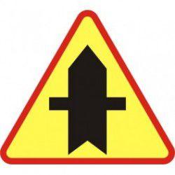 A-6 Znak Skrzyżowanie z drogą podporządkowaną występującą po obu stronach
